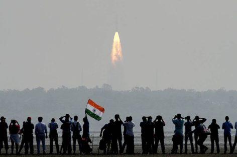 भारतीय मानव चंद्रलोक में और किसान अंतर्राष्ट्रीय हाट में