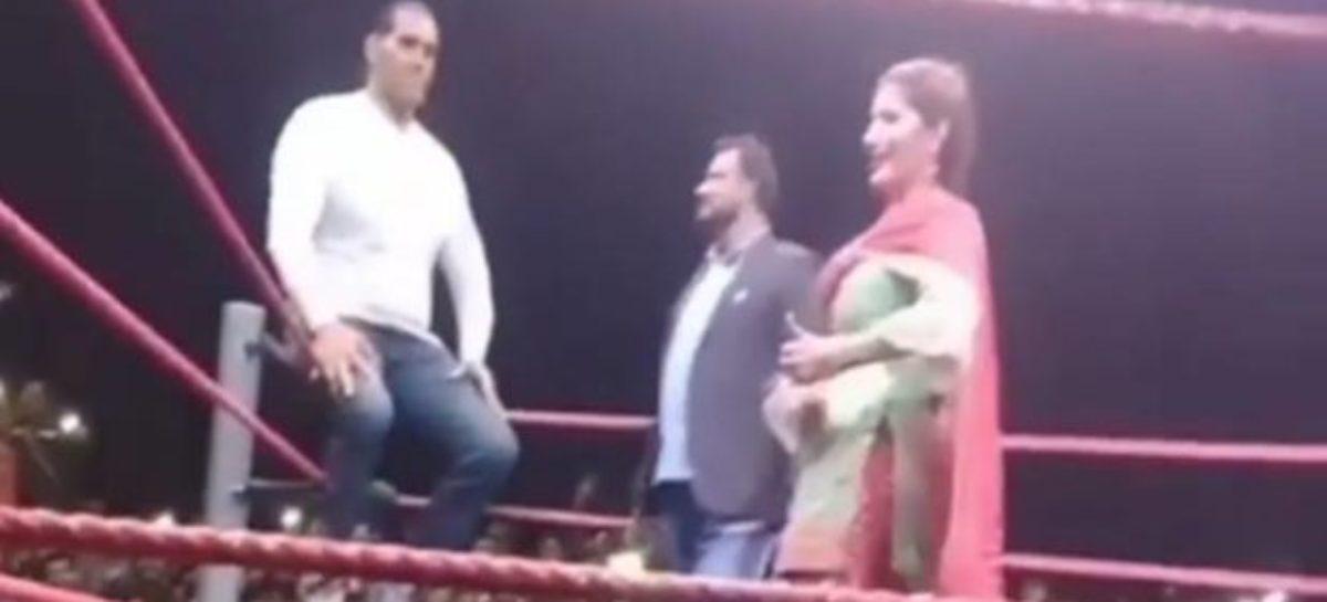 WWE के रिंग में सपना चौधरी को डांस करते एकटक देखते रहे खली